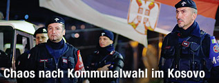 Polizisten vor Wahllokal