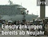 Kreuzfahrtschiff fährt am Markusplatz vorbei
