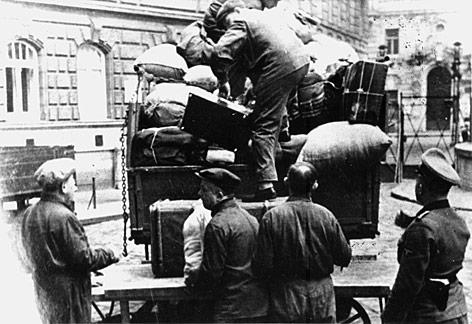 Zur Deportation gezwungene Juden beim Aufladen ihrer Gepäckstücke