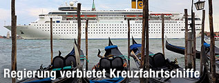 Venezianische Gondeln vor eine großen Kreuzfahrtschiff