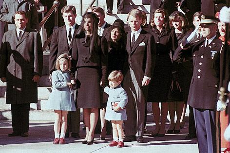 Witwe Jacqueline Kennedy mit den beiden Kindern Caroline und John Jr. samt den Kennedy-Brüdern