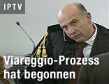 Person im Verhandlungssaal beim Viareggio-Prozess