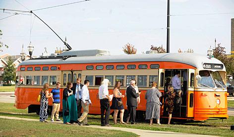 Passagiere steigen in neue Straßenbahn ein
