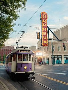 Eine Straßenbahn fährt in Memphis, Tennessee