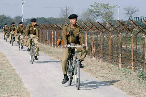 Indische Grenzsoldaten am Grenzzaun zu Bangladesch