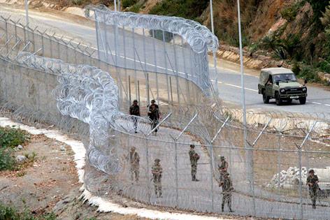 Spanische Soldaten zwischen Zäunen in Ceuta