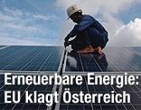 Ein Arbeiter montiert Solarpanele