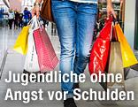 Frau mit vollen Einkaufstaschen