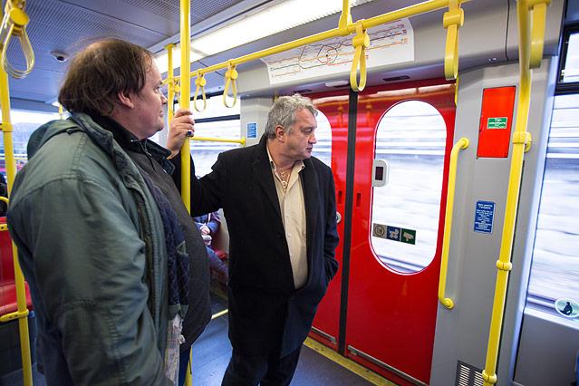 Zwei Männer stehen in einer U-Bahn