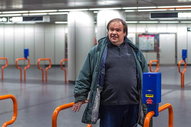 Mann steht vor einem U-Bahn-Ticketentwerter