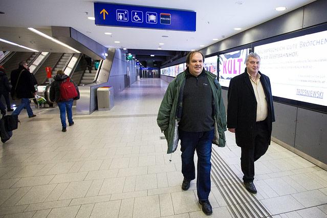 Zwei Männer am Wiener Westbahnhof