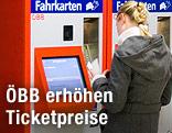 Frau kauft bei einem ÖBB-Ticket-Automaten Fahrkarten