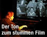 Mann spielt zu einem Film Klavier
