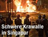 Polizisten stehen vor einem Feuer