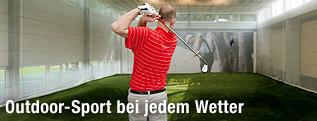 Golfspieler in einer Halle