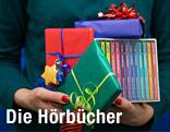 Hände halten CDs und Geschenke