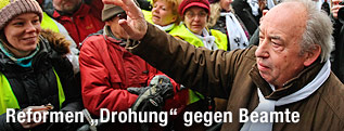 GÖD-Vorsitzender Fritz Neugebauer zwischen Demonstranten