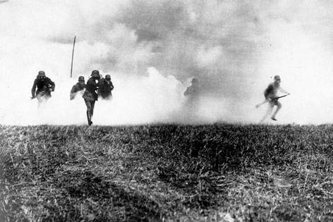 Deutsche Infanterie während eines Gasangriffs in Flandern, 1916