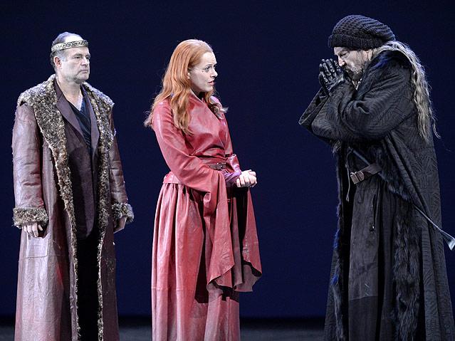"""Martin Reinke als """"Herzog von Cornwall"""", Dorothee Hartinger als """"Regan"""" und Klaus Maria Brandauer als """"König Lear"""""""