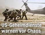 Amerikanische Soldaten nähern sich in Afghanistan einem Militärflugzeug