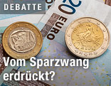 Zwei griechische Euro-Münzen auf einem Zwangig-Euro-Schein