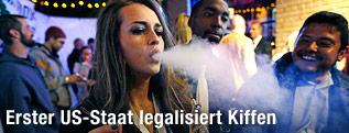 Frau raucht Marijuana auf einer Party