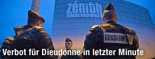 Polizisten vor der Zenith Arena in Nantes