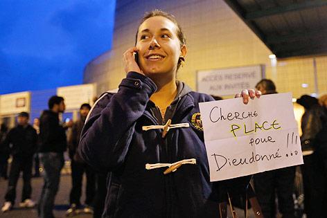 Eine Frau mit Zettel sucht Karten für die Show des Satirikers Dieudonne
