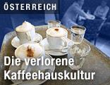 Kaffee wird auf einem Tablett in einem Kaffeehaus serviert