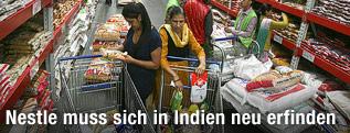 Menschen in einem indischen Supermarkt