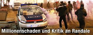 Vermummter Demonstrant zerstört Polizeiauto