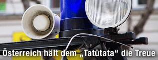 Folgetonhorn neben dem Blaulicht auf einem Notarzteinsatzwagen