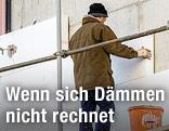 Arbeiter bringt Wärmedämmung an