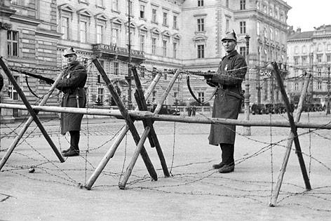 Angehörige der Heimwehr bewachen während des Februaraufstandes eine Straßensperre am Schwarzenbergplatz.