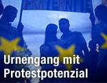 Demonstranten hinter einer EU-Fahne