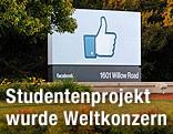 Schild mit Daumen nach oben vor der Facebook-Zentrale