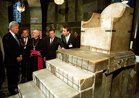 Bill Clinton und Gerhard Schröder stehen vor dem Thron von Karl dem Großen