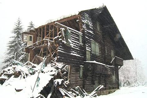 Eingeschneites Haus mit eingestürztem Dach