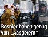 Bosnische Demonstrantin vor Polizisten