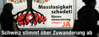 Ein Plakat gegen die Masseneinwanderung in der Schweiz