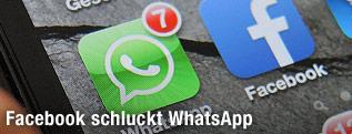 Smartphone mit WhatsApp und Facebook-App
