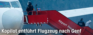 Passagiere steigen aus dem entführten Flugzeug