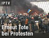 Protestierende und Rauch im Zentrum Kiews