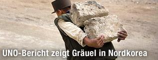 Ein nordkoreanischer Arbeiter schleppt Steine