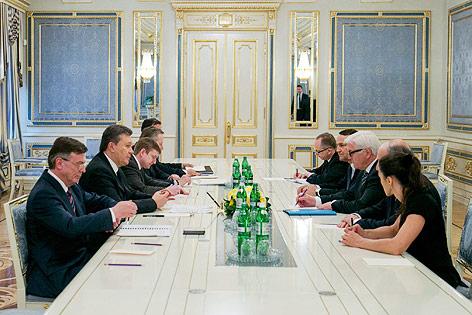 Ukrainischer Präsident Janukowitsch und deutscher Außenminister Frank-Walter Steinmeier am Verhandlungstisch
