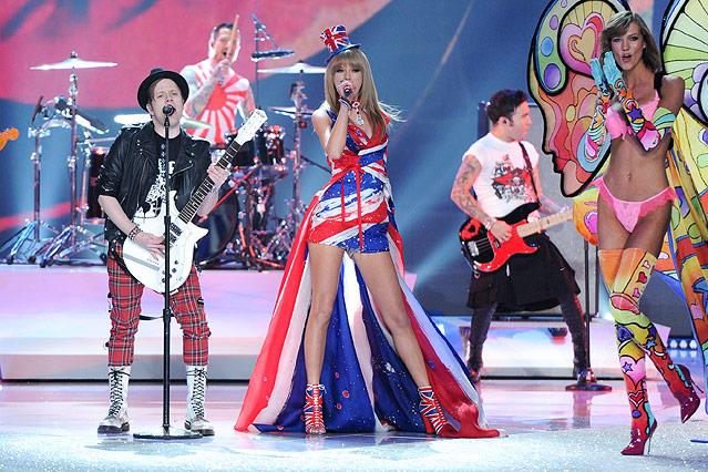 Sängerin Taylor Swift in einem Union-Jack-Kleid