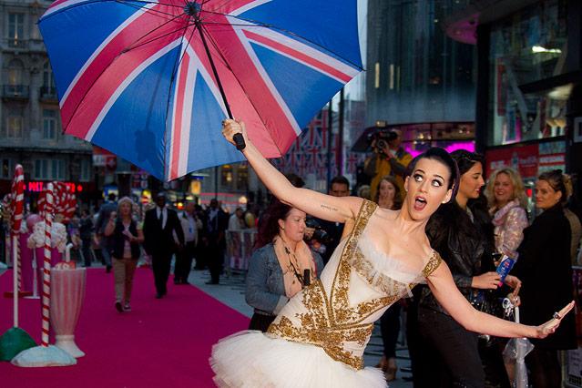 Katy Perry mit Union-Jack-Regenschirm