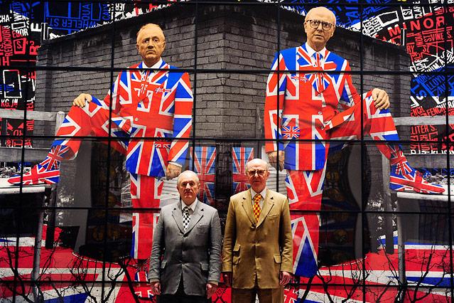 Künstler Duo Gilbert und George posieren vor einem Kunstwerk