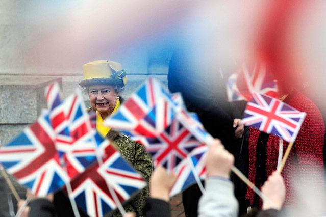 Queen Elisabeth wird von Fans mit britischen Flaggen bejubelt