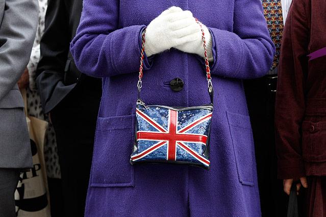 Frau hält Union-Jack-Täschchen in der Hand